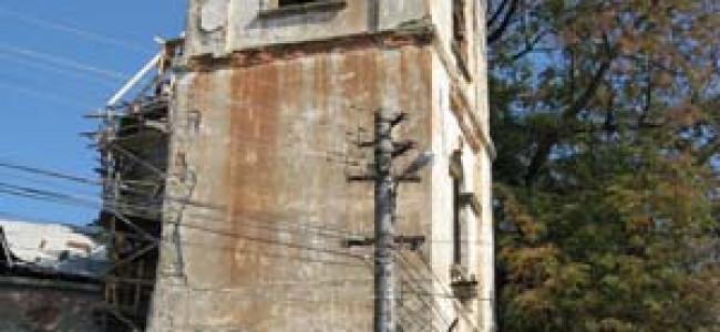 Agresarea patrimoniului.  Suceava,  intre modernizare si riscul degradarii iremediabile  a monumentelor istorice –  Turnul Rosu