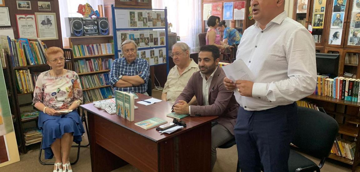 """BOTOȘANI / Lansarea cărții """"300 de bancuri cu Radio Erevan"""" la Biblioteca Județeană """"Mihai Eminescu"""""""
