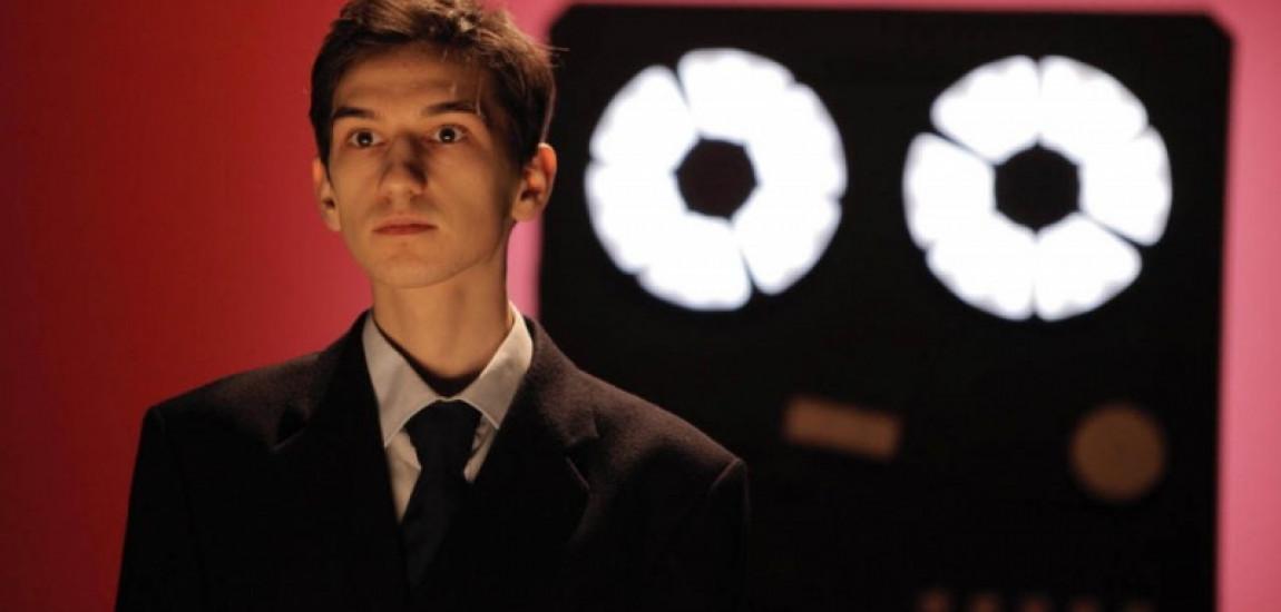 """""""…filmul își propune să arate cazul unui adolescent, rebel de altfel, căruia nu-i mai plăcea lumea în care trăiește."""" – Interviu cu ȘERBAN  LAZAROVICI, protagonistul  filmului """"Tipografic Majuscul"""""""