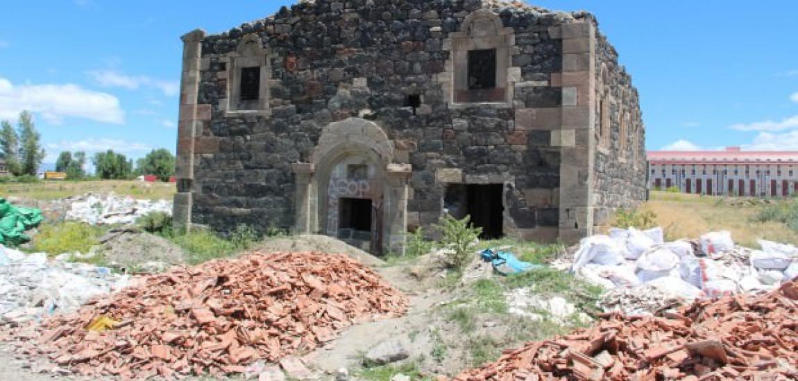 """PATRIMONIU / Biserica armeană """"Surp Minas"""" din Erzerum, abandonată, este vandalizată de """"vânătorii de comori"""""""