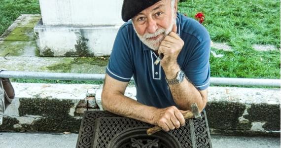 """INTERVIU/ """"Cel mai mult îmi place să cânt, să pictez și să cioplesc hacikaruri"""" – spune BOGDAN HOVHANNISIAN, sculptor de hacikaruri, prezent la Festivalul Strada Armenească"""
