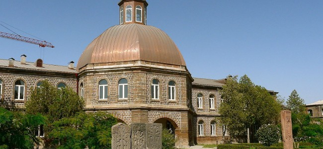 O posibilitate deosebită de a studia în instituțiile de învățământ superior din cadrul Sfântului Scaun de la Ecimiadzin pentru tinerii armeni din România