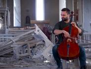 VIDEO / Violoncelistul belgian Sevak Avanesyan cântă în mijlocul catedralei bombardate din Șuși (Karabakh)