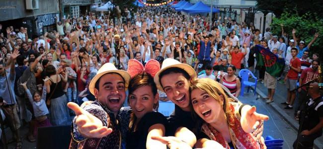 """EUROVISION  2015 / Tinerii armeni din România : """"Să construim  poduri"""""""