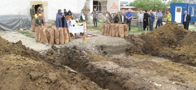 """SUCEAVA / Reînhumarea osemintelor dezgropate în vechiul cimitir armenesc al Bisericii """"Sf. Simion"""""""