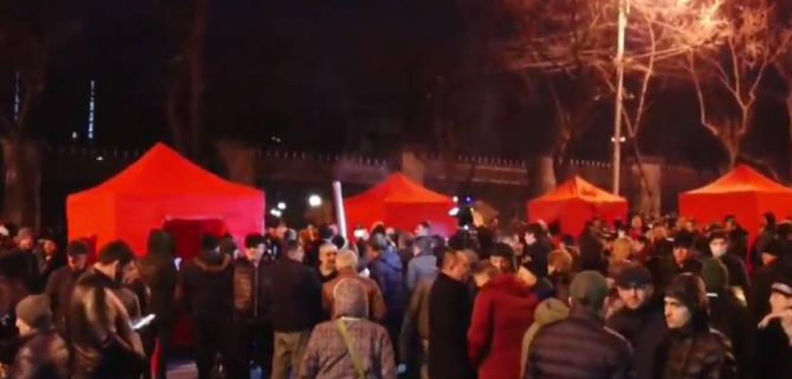 """Susținătorii mișcării de opoziție  """"Salvați Patria"""" ridică corturi lângă Adunarea Națională a Armeniei"""