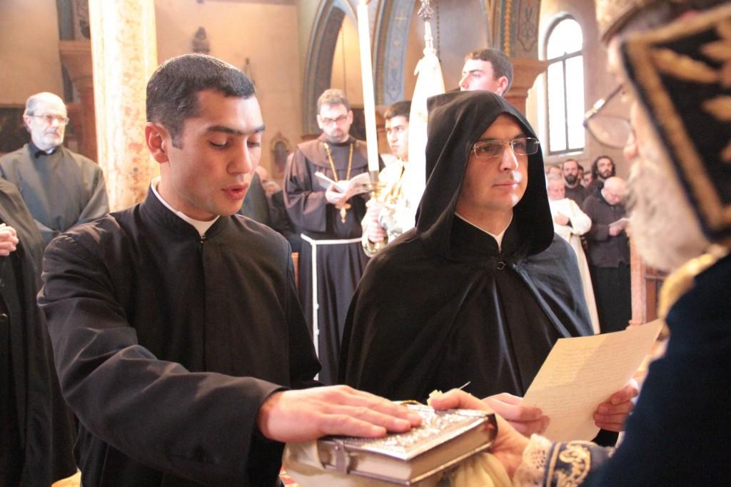 calugarii, în spate Pr. Boghos Levon Zekiyan si pr. Sebastiano, franciscan