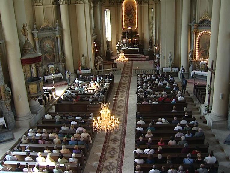 biserica plina la liturghie