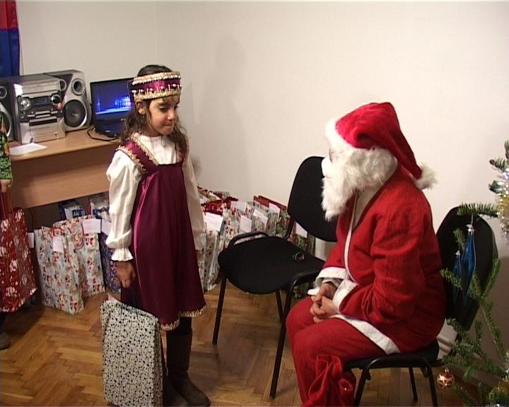 craciun armenesc fetita primeste cadoul