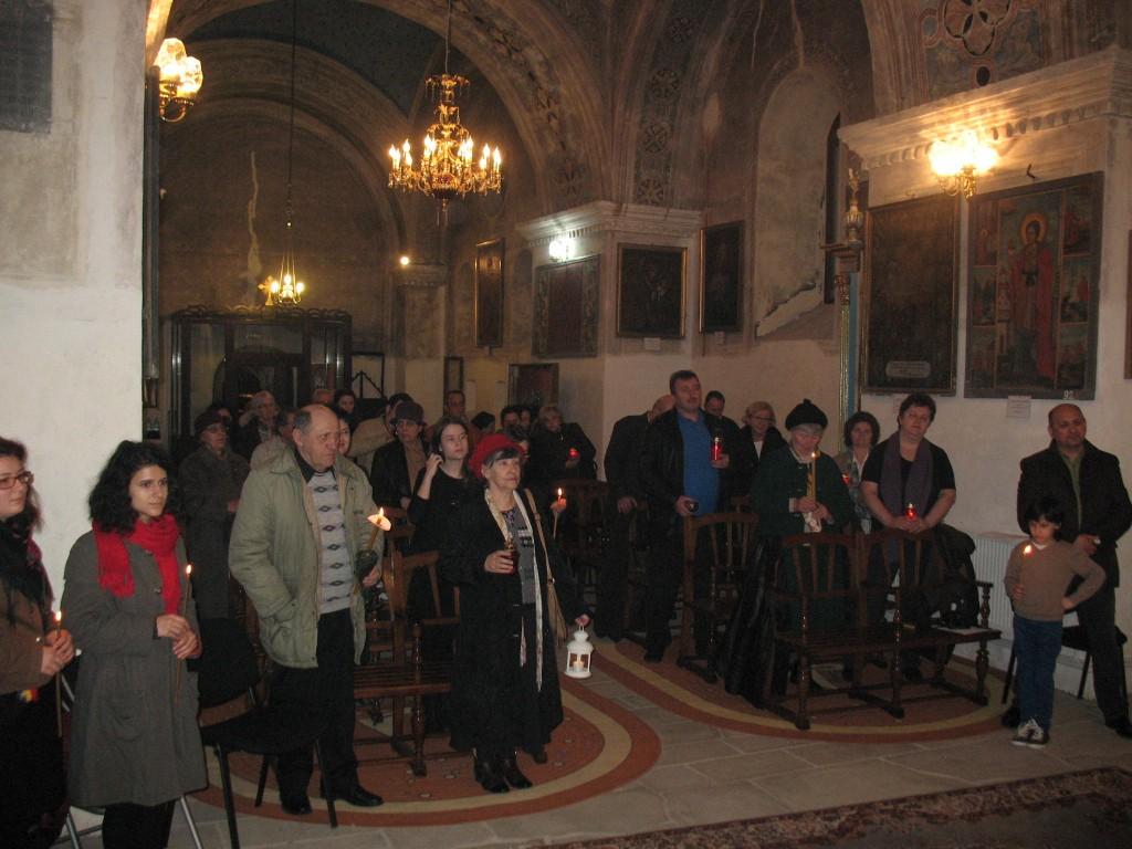 13. Primirea luminii Invierii Domnului la biserica armeana Sfanta Maria din Botosani