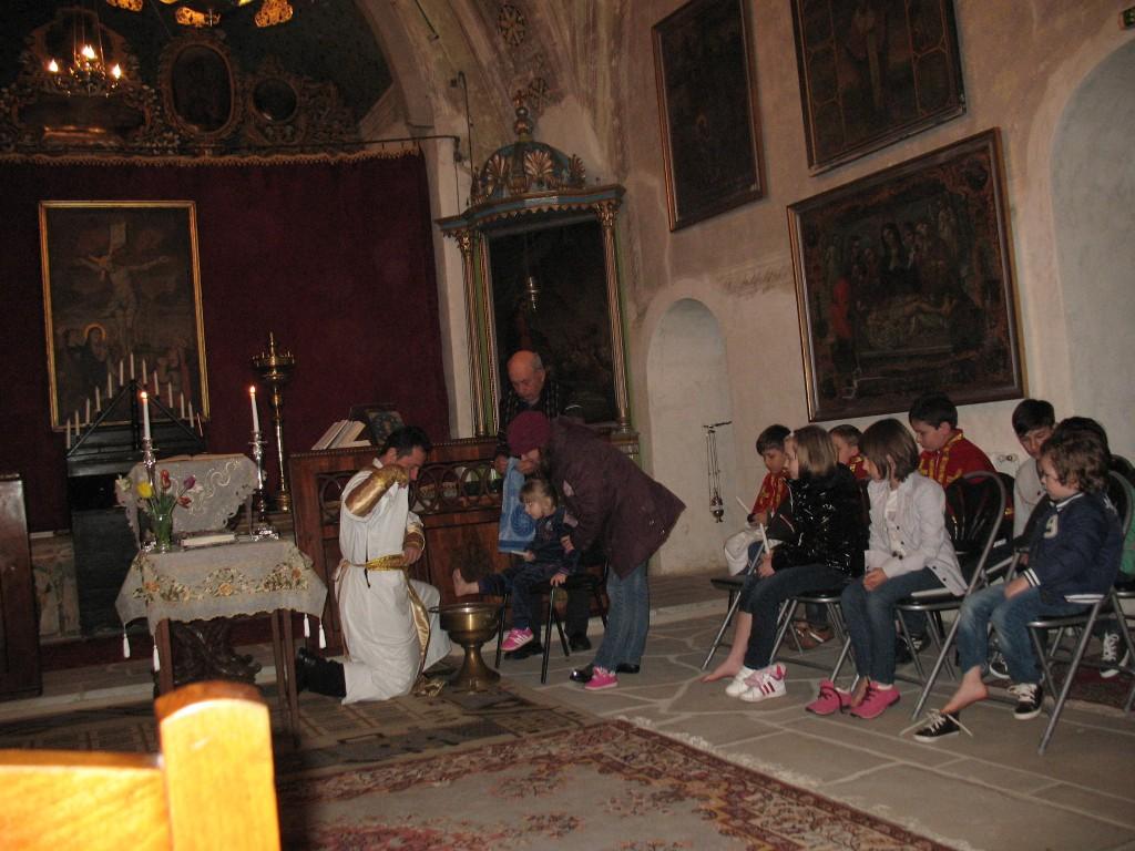 3. Spalarea picioarelor copiilor in biserica armeana din Botosani, 17 aprilie 2014