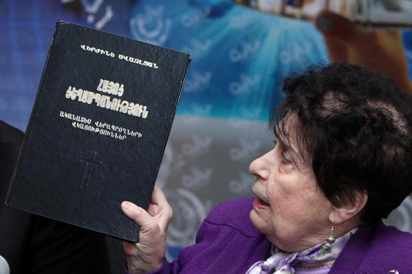 Verjine-Svazlyan-armenian-genocide-book