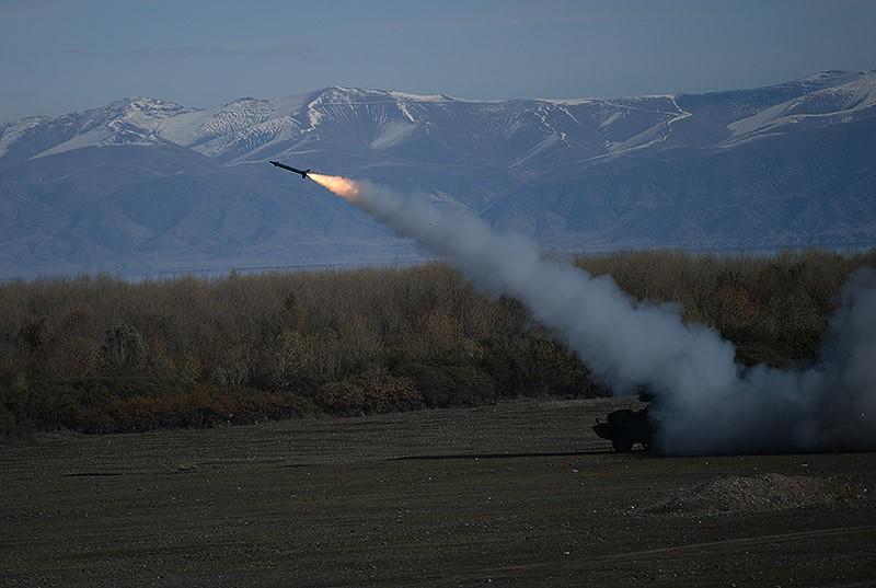 04 - manevre in Ghearkunik, la care asista presedintele   Serj Sarksian