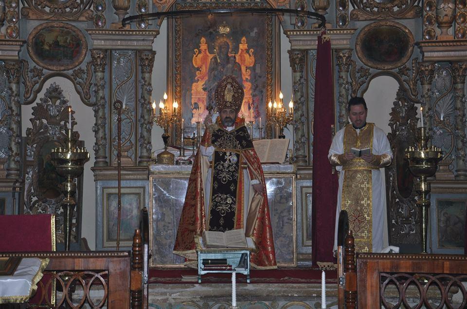 1. P.S. episcopul Datev Hagopian, u00CEntu00E2istu0103tu0103torul  Bisericii Armene din Romu00E2nia oficiazu0103 slujba religioasu0103 la su0103rbu0103toarea  tradiu021Bionalu0103 a armenilor botou0219u0103neni