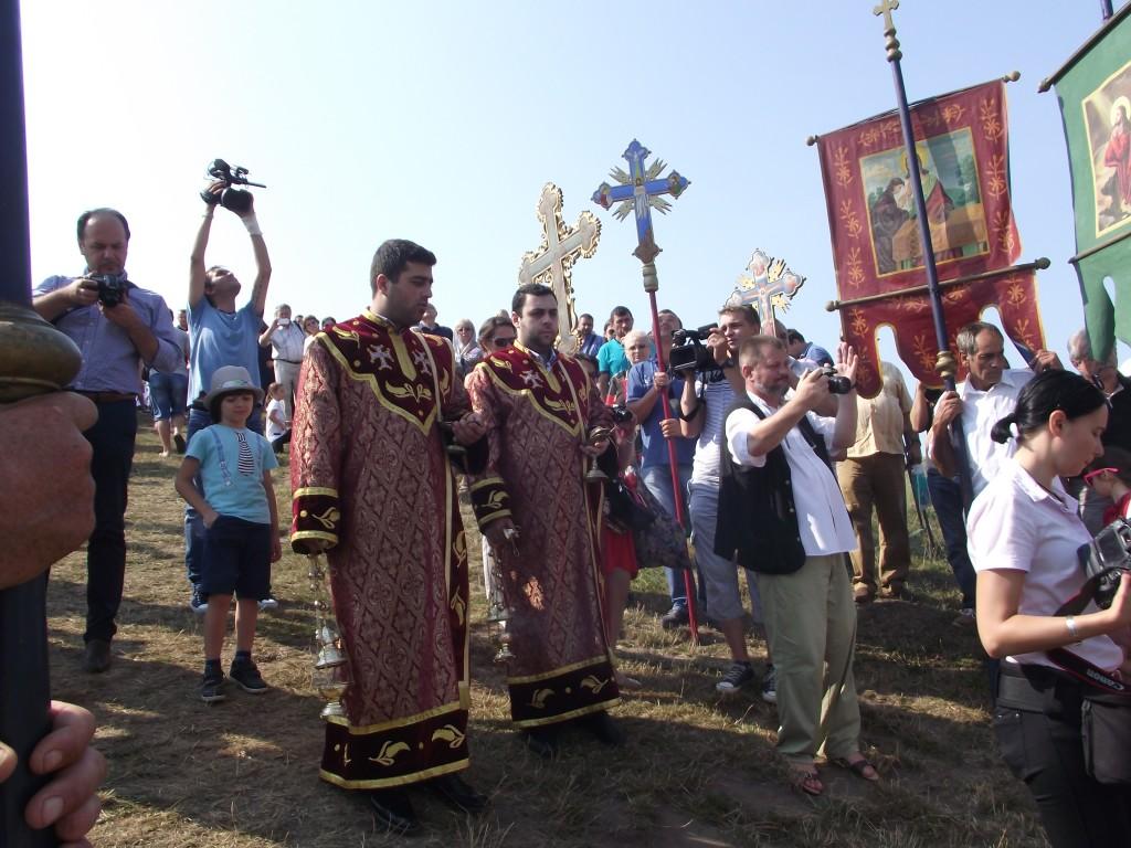 Preotii armeni il intampina pe PS Datev Hagopian