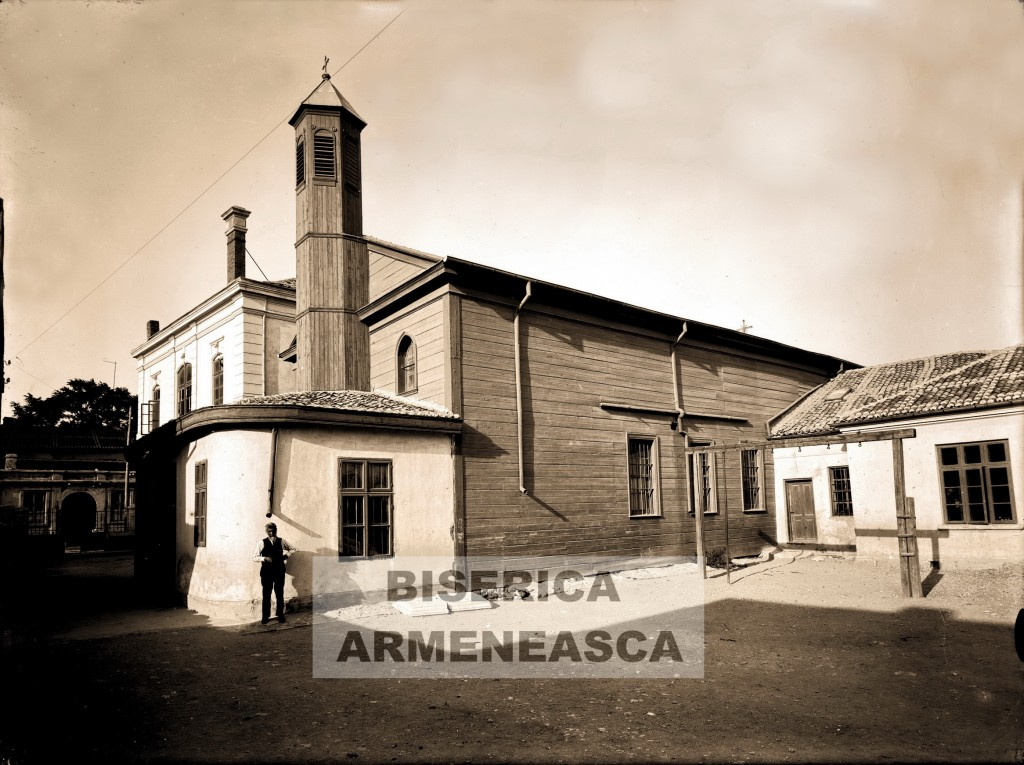 Biserica-Armeneasca-din-lemn-in-spate-Scoala-W-21