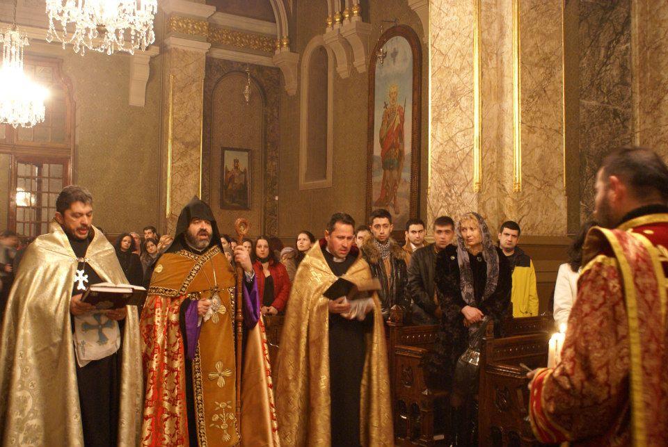 Slujba in Catedrala Armeana din Bucurestipreot Bogdan Ezras, PS Episcop Datev Hagopian, preot Radu Holca