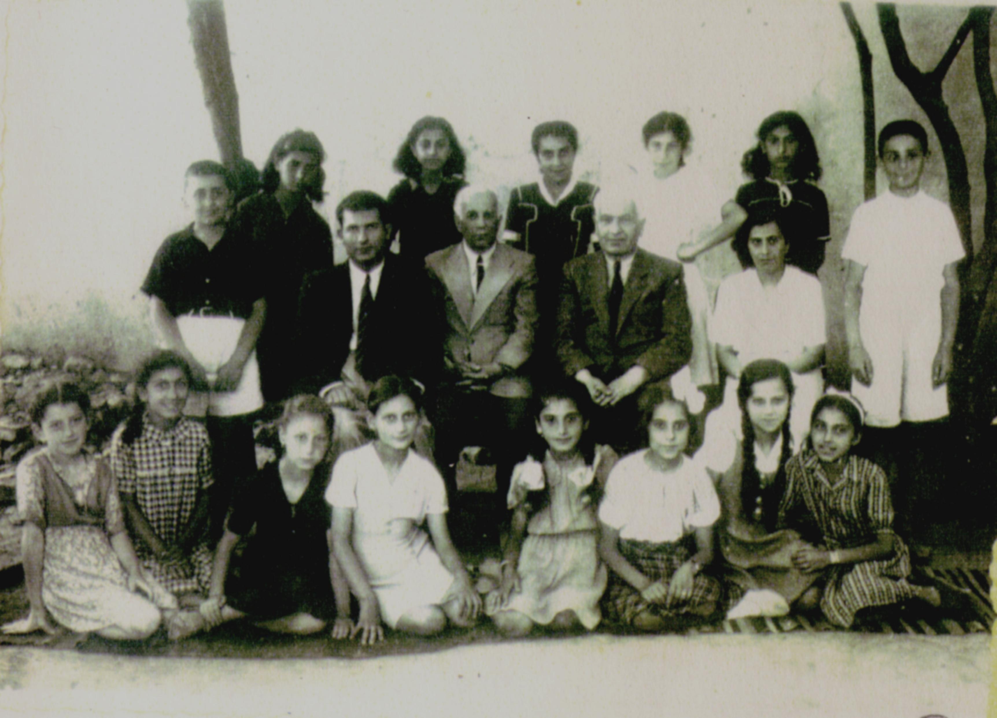 Cozighian in stinga fotografiei linga profesorul Capriel Kiregian. Ceilalti doi profesori sunt Kricor Nișanian și Vartanian.