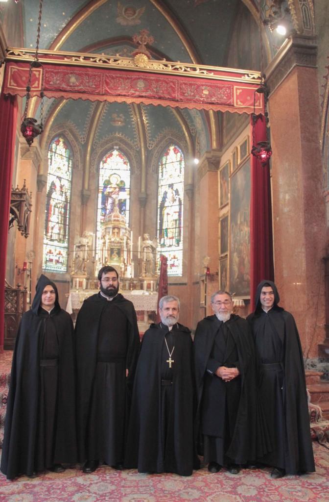calugarii cu mantiile și părintii  mechitaristi (Pr. Abate General este în centru cu pr. Hamazasp Kechician si Arsistakes)