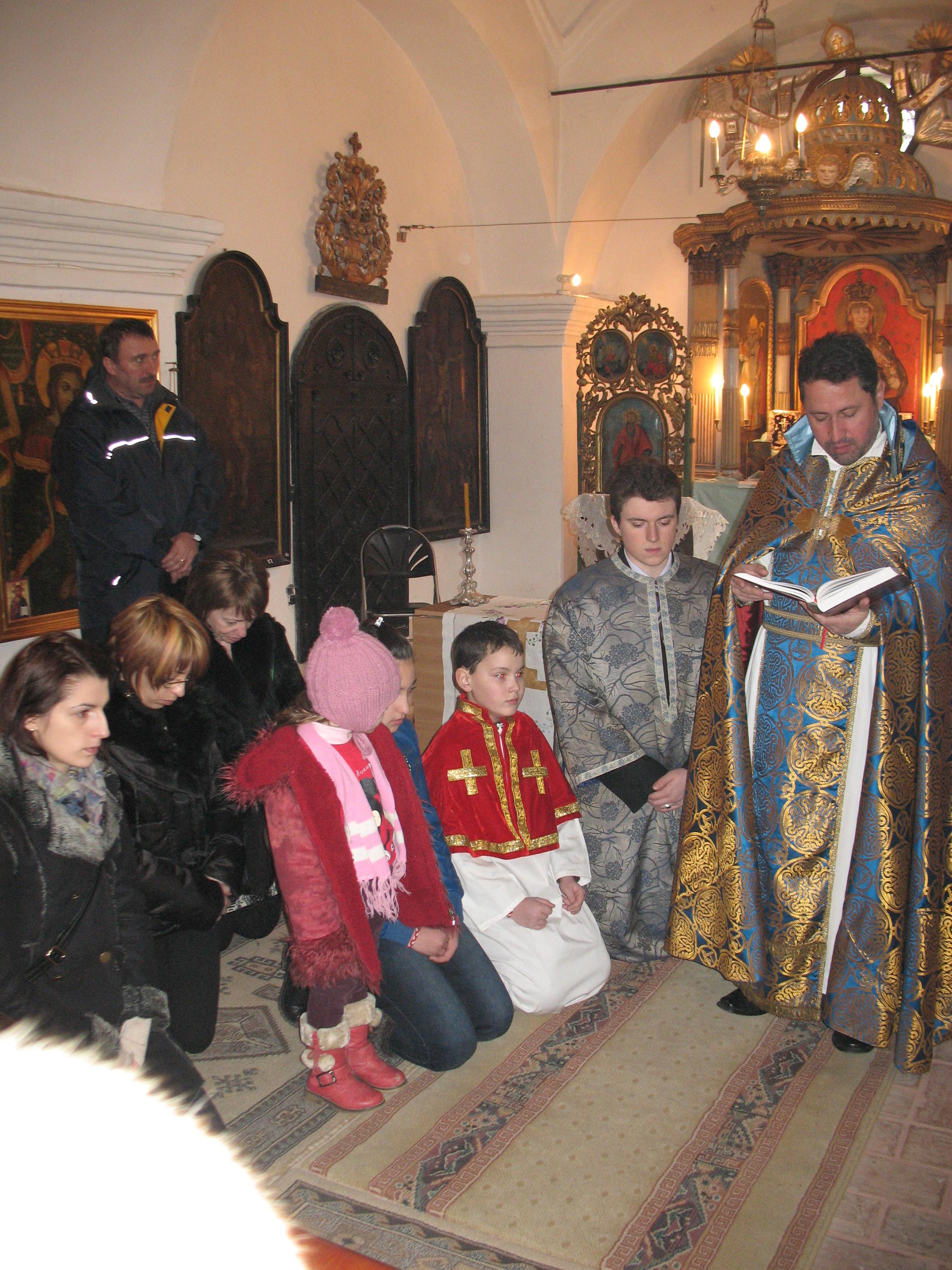 Preotul-Holca-se-roagă_-împreună_-cu-copiii-armeni-în-fața-icoanei-Sfântului-Sarchis