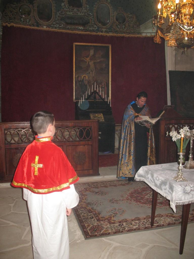 1.05.2013. Preotul Kricor oficiaz_ o slujb_ religioas_ pentru martirii armeni în biserica Sfânta Maria din Boto_ani