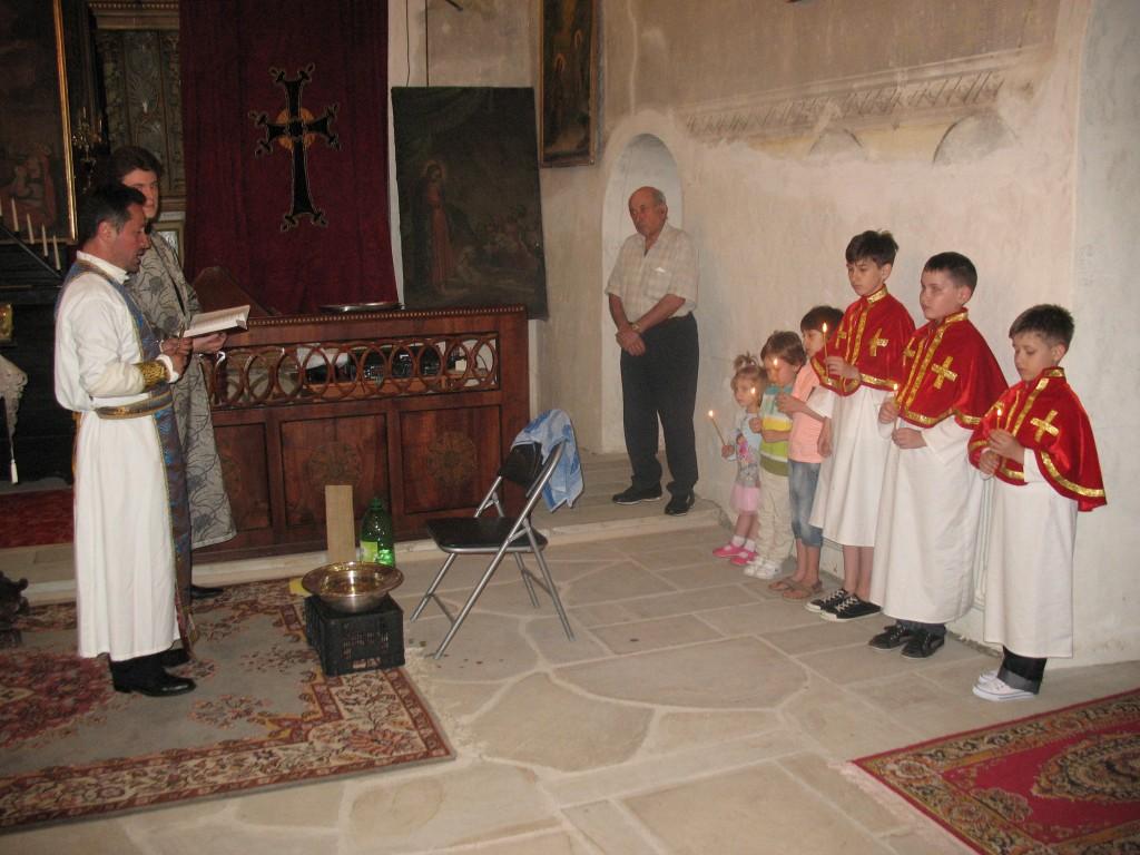 6. Preotul Kricor roste_te o rug_ciune înaintea ritualului sp_l_rii picioarelor