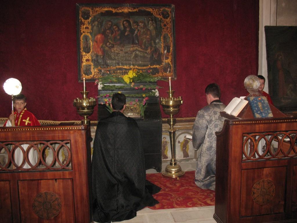 Altarul bisericii în Vinerea Mare