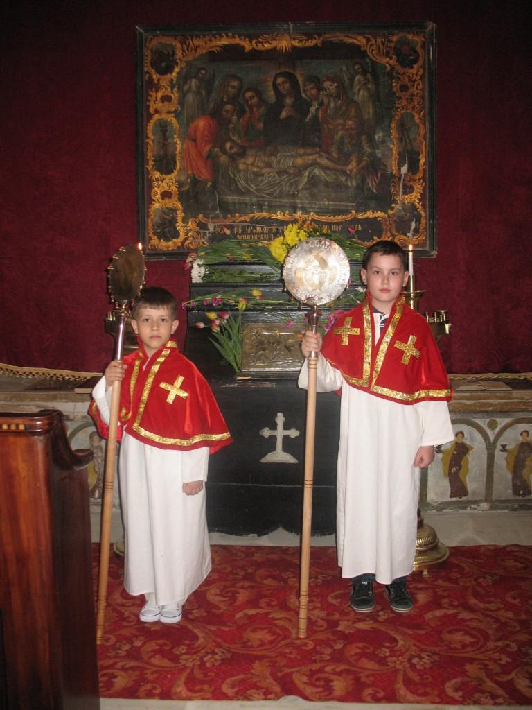 Copii asistând preotul la oficierea slujbei din Vinerea Mare