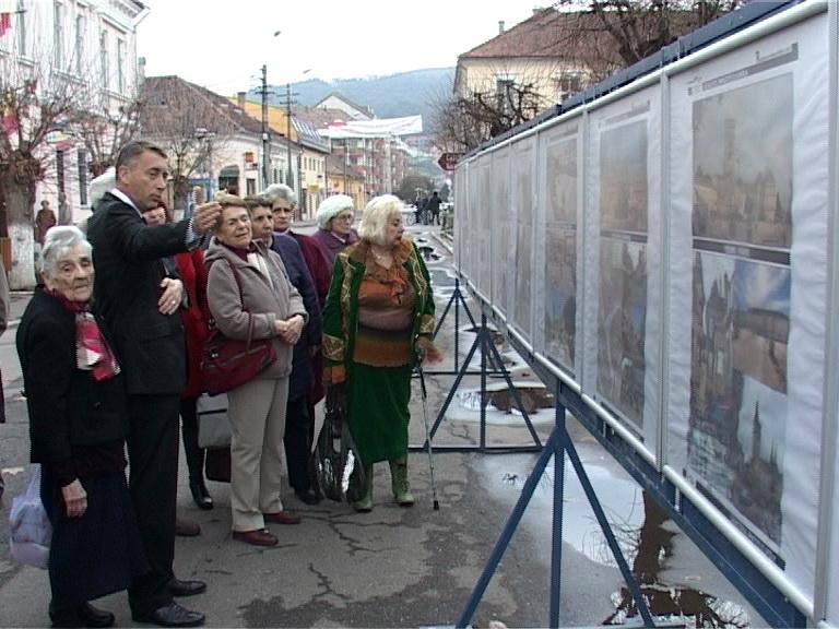 primarul explicand expozitia