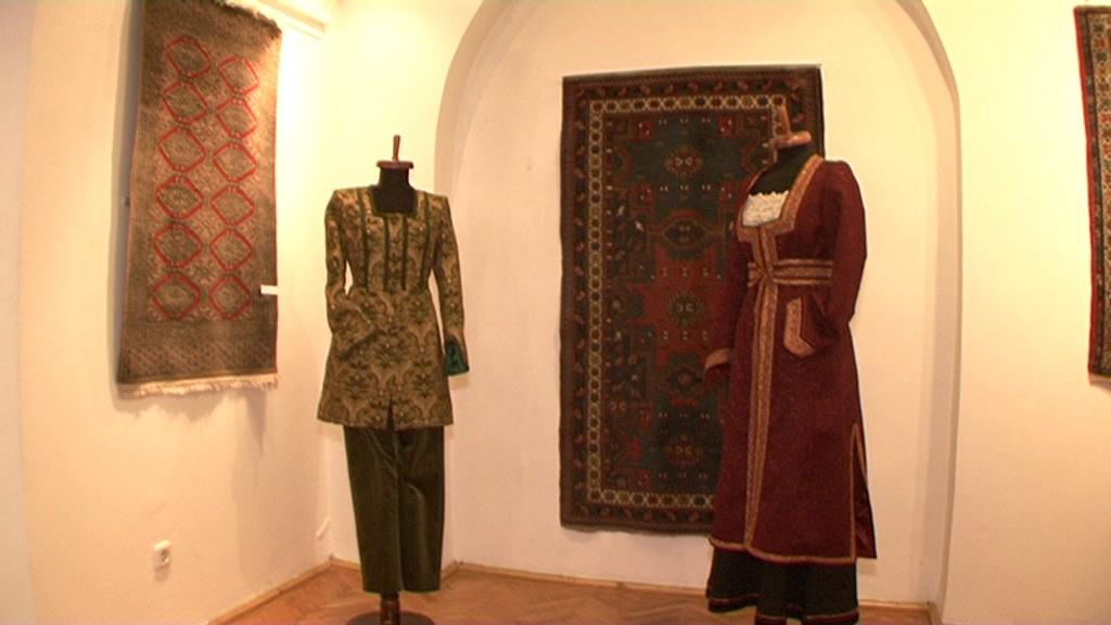 costume cu amprente armenesti