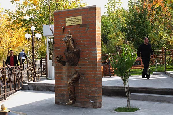 statue-of-journalist-in-yerevan