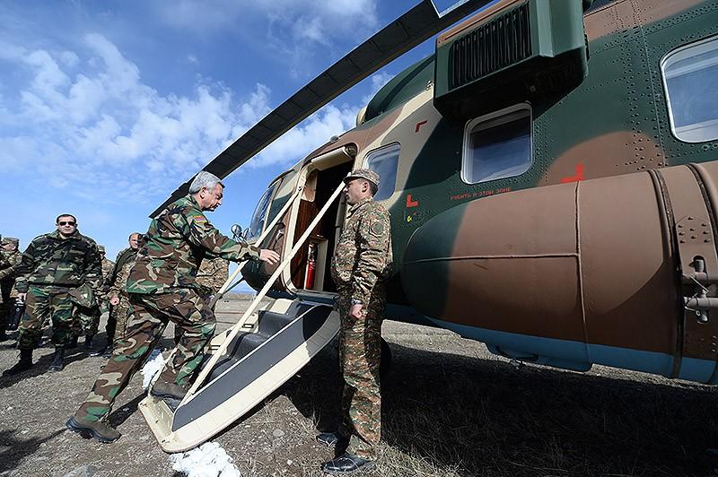03 - manevre in Ghearkunik, la care asista presedintele   Serj Sarksian