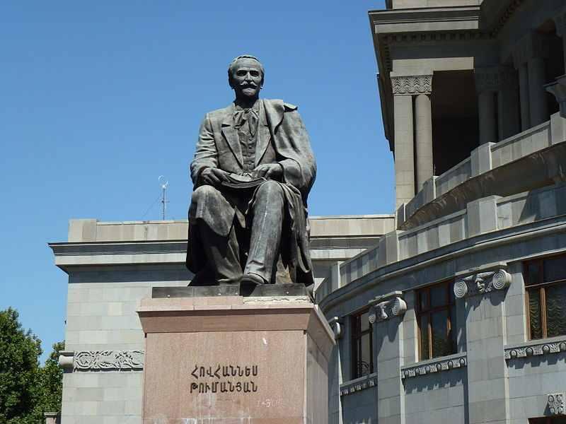 800px-Statue_of_Hovhannes_Tumanyan_in_Yerevan_01