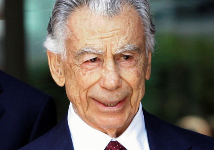 FILE - In this Aug. 20, 2008 file photo, billionaire Kirk Kerkorian leaves the  Royal Federal Building in Los Angeles. Kerkorian said Tuesday, Oct. 20, 2009, he is considering cutting his stake in MGM Mirage, whose earnings are being hammered in real estate downturn, as the casino company said it will take a nearly $1 billion charge because it had to slash condo prices at its CityCenter development. (AP Photo/Nick Ut, file)