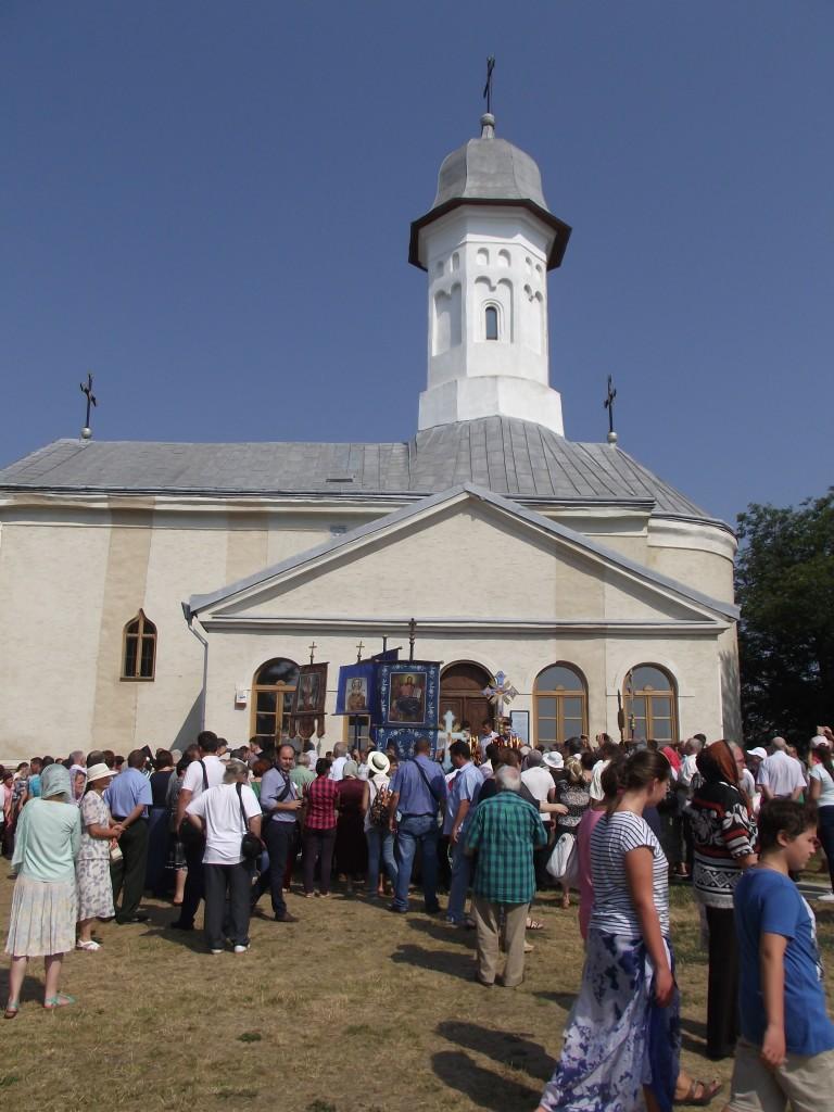 In biserica au intrat doar o parte dintre pelerini