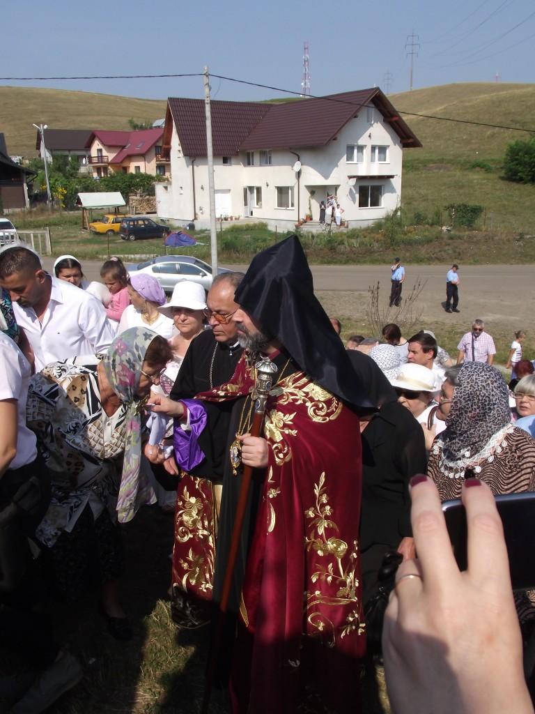 PS Datev Hagopian binecuvantand credinciosii (1)