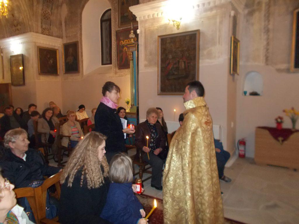 9. Preotul Kricor daruieste un albul doamnei deputat Tamara Ciofu