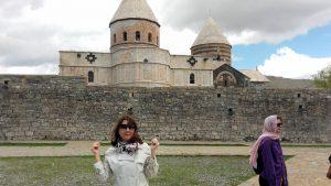 3 in fata Tadeyvank, fàrà fular pe cap, am considerat cà mà aflu pe teritoriu armenesc