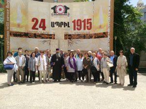9 cu episcopul in curtea bisericii di Teheran