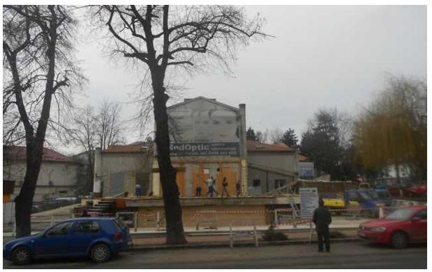 Cea mai frumoasă clădire a Sucevei interbelice a redevenit vizibilă după ce crâşma amplasată în faţa sa a fost dărâmată